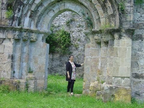Rosa Domínguez de Posada, alcaldesa: Sobre las ruinas de San Pedro de Plecín en Peñamellera Alta