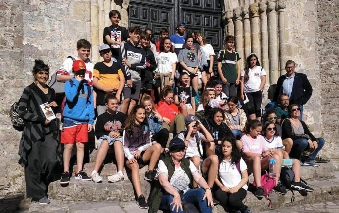 Llanes, visita escolar muestra fotógrafo Baltasar Cue