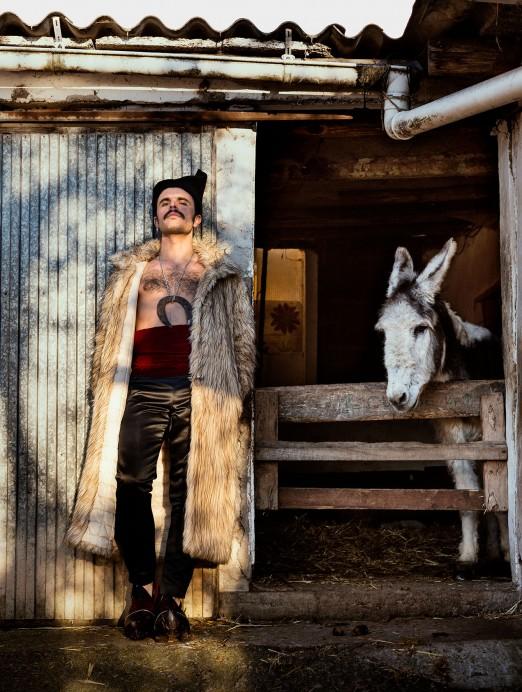 Rodrigo Cuevas estrena su nuevo espectáculo El mundo por montera este sábado en el Teatro de la Laboral. Más programación
