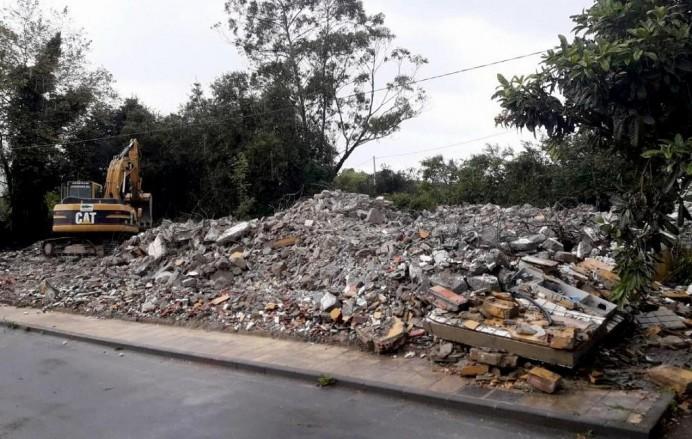 Derruidas viviendas sociales próximas tanatorio llanisco