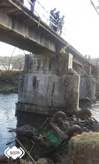 Dos heridos de gravedad al caer un Dúmper por un puente en Piloña