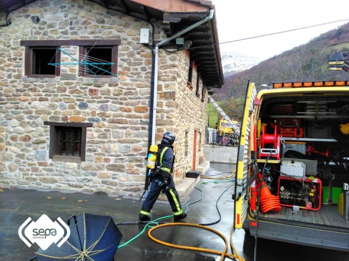 Extinguido el incendio declarado en una vivienda de Peridiello, en Lena.
