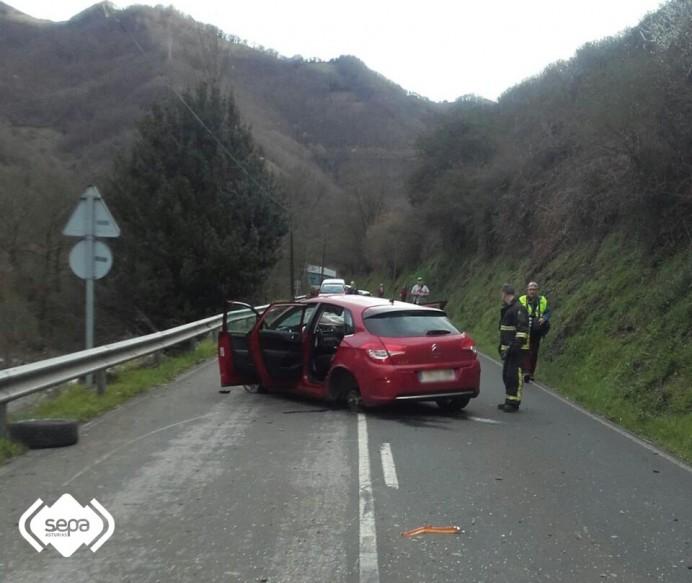 Un hombre ha resultado herido tras salirse de la vía el vehículo que conducía