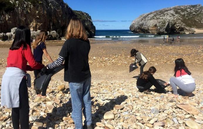 Alumnos madrileños limpian playa Cuevas del Mar