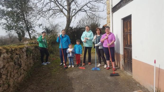 Los vecinos de Coya limpian el entorno de la iglesia en sextaferia