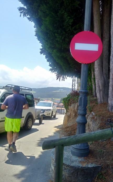 Abierto el sentido único de circulación en subida a San Roque en Lastres