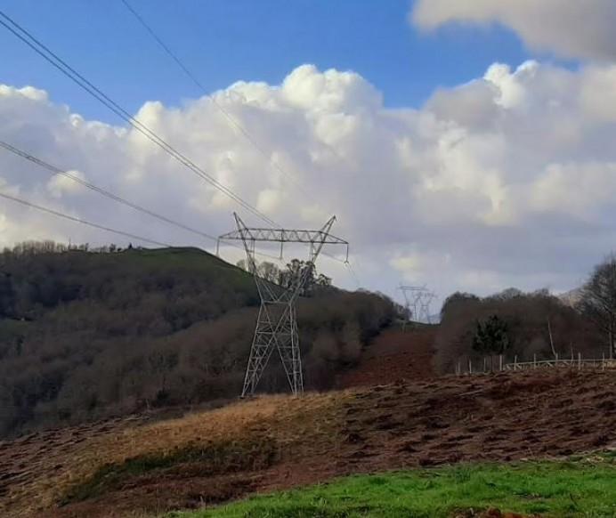Ciudadanos insta al Ayuntamiento de Parres a cobrar una tasa a las compañías energéticas por el uso del espacio público